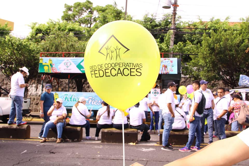 Red de Cooperativas FEDECACES en el Desfile del Comercio en San Salvador
